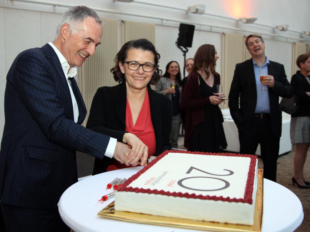 Dagmar Hemmer und Christian Kollmann schneiden die Jubiläumstorte an © Martina Berger